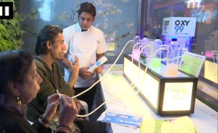 En inde, on ouvre des bars à oxygène pour respirer un air sain